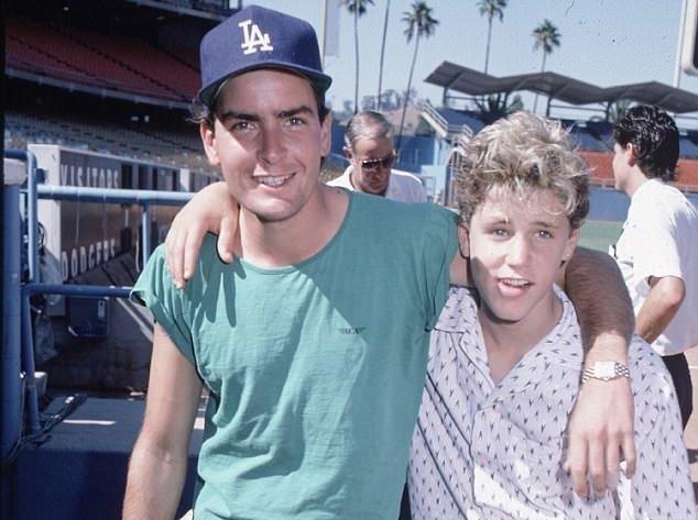 Acusan a Charlie Sheen de violar a actor menor de edad