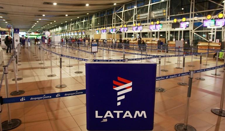 Latam extiende cancelación y reprogramación de sus vuelos — La huelga sigue
