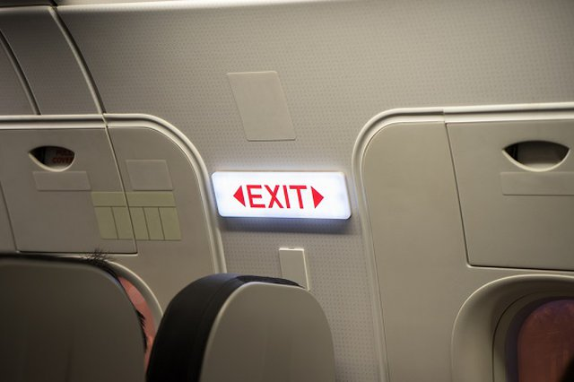 China: pasajero abrió la puerta de emergencia para