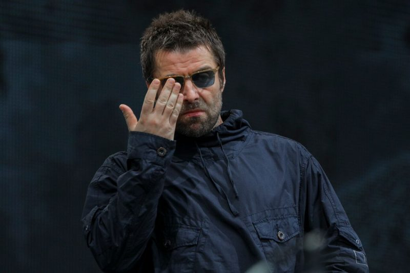 Liam Gallagher detuvo show porque le arrojaron un pescado — Se enojó