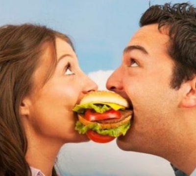 pareja-comiendo