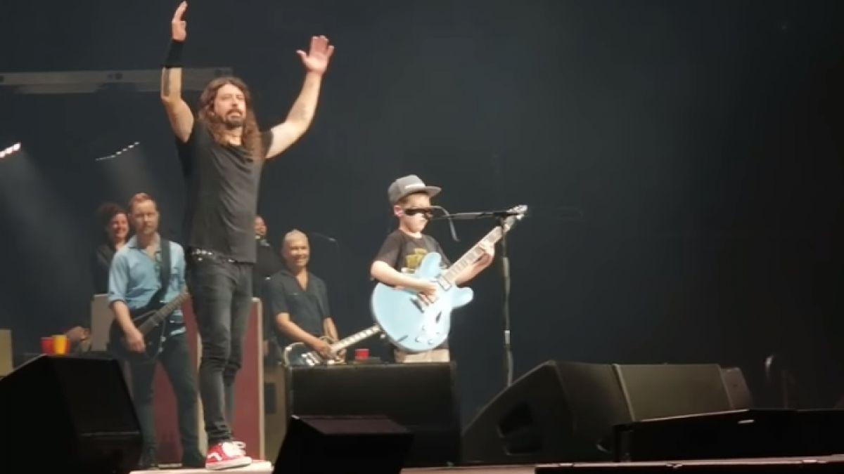Foo Fighters coverea a Metallica con un niño