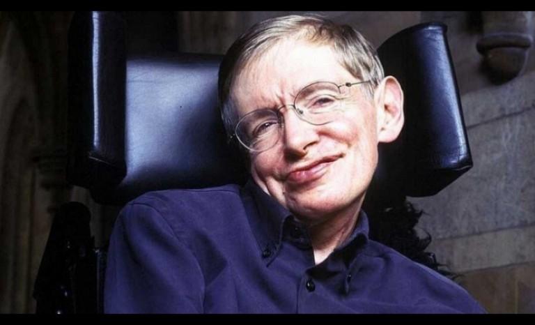 Subastan la silla de ruedas, la tesis y otras obras de Stephen Hawking