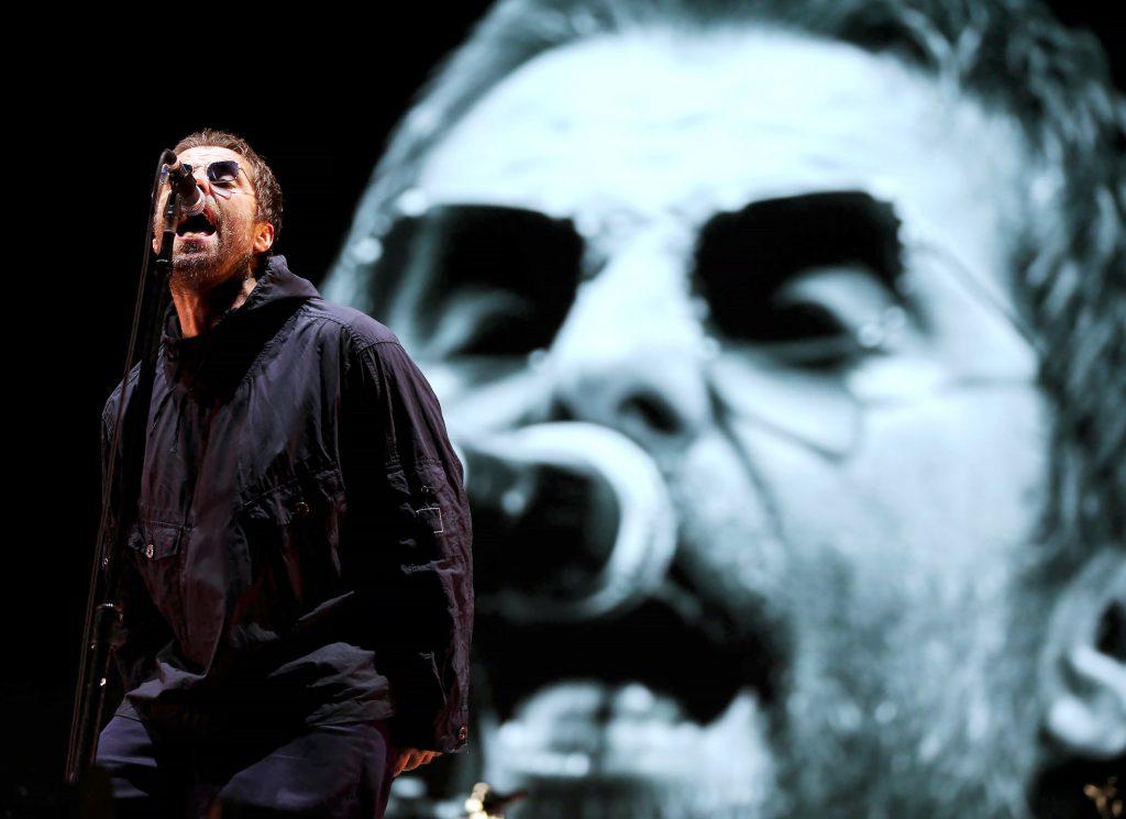 Liam Gallagher cantando en un concierto