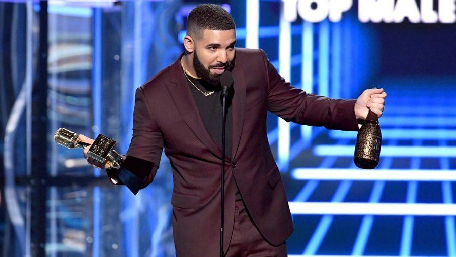 Drake recibiendo sus premios en los Billboards