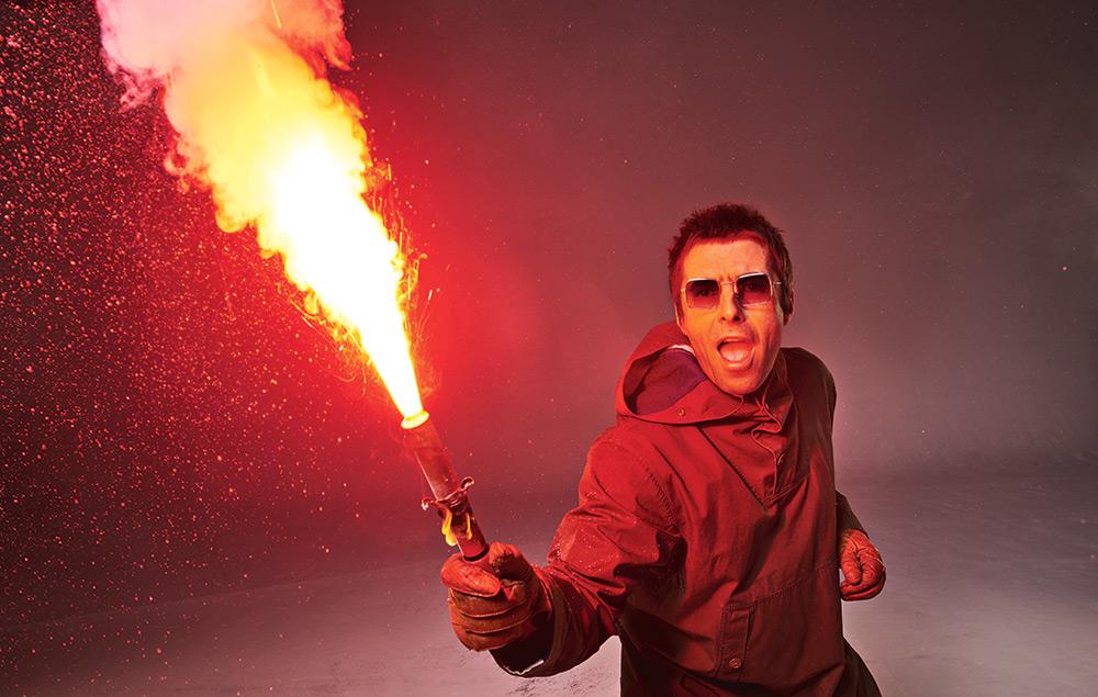Liam Gallagher con una bengala en la mano