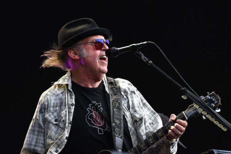Neil Young anuncia lanzamiento de nuevo disco junto a Crazy Horse