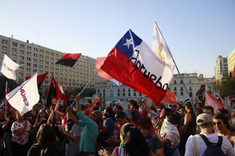 Primer día de campaña por el Plebiscito del 26 de abril parte con banderazo opositor