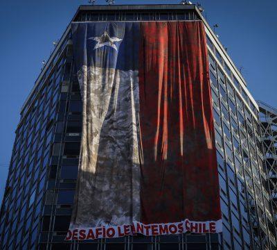 A 10 años del 27F: Despliegan icónica bandera en el centro de Santiago