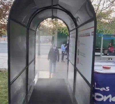 """Lavín inauguró """"túnel sanitizador"""" contra Covid-19 en Las Condes"""