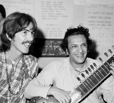 Publican video de Ravi Shankar enseñándole a tocar el sitar a George Harrison