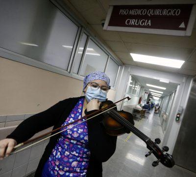 Cuerdas de Esperanza: Tens toca su violín a pacientes UCI
