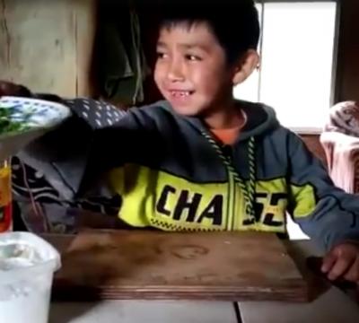 Niño cocina pebre