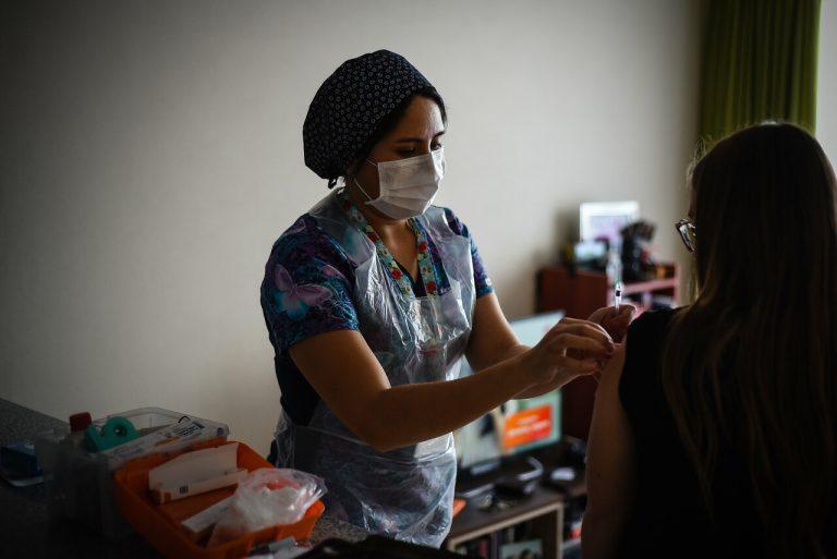 FDA vigilará más de cerca vacunas candidatas para covid