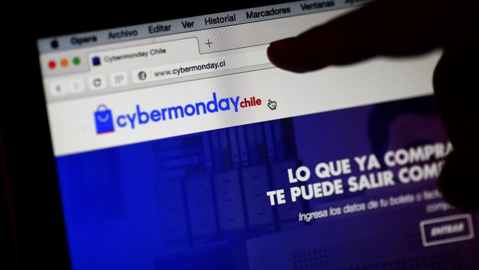 Persona revisa el sitio web del Cyber monday www.cyber.cl