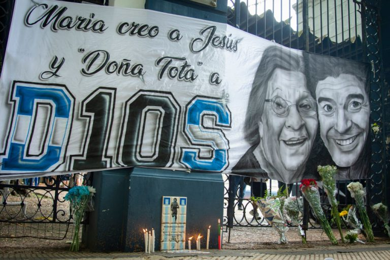 Fanáticos en Buenos Aires, se despiden de su ídolo con banderas y lienzos.