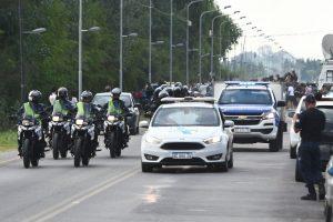 Caravana policial lleva el cuerpo de Diego Maradona a Hospital para autopsia.