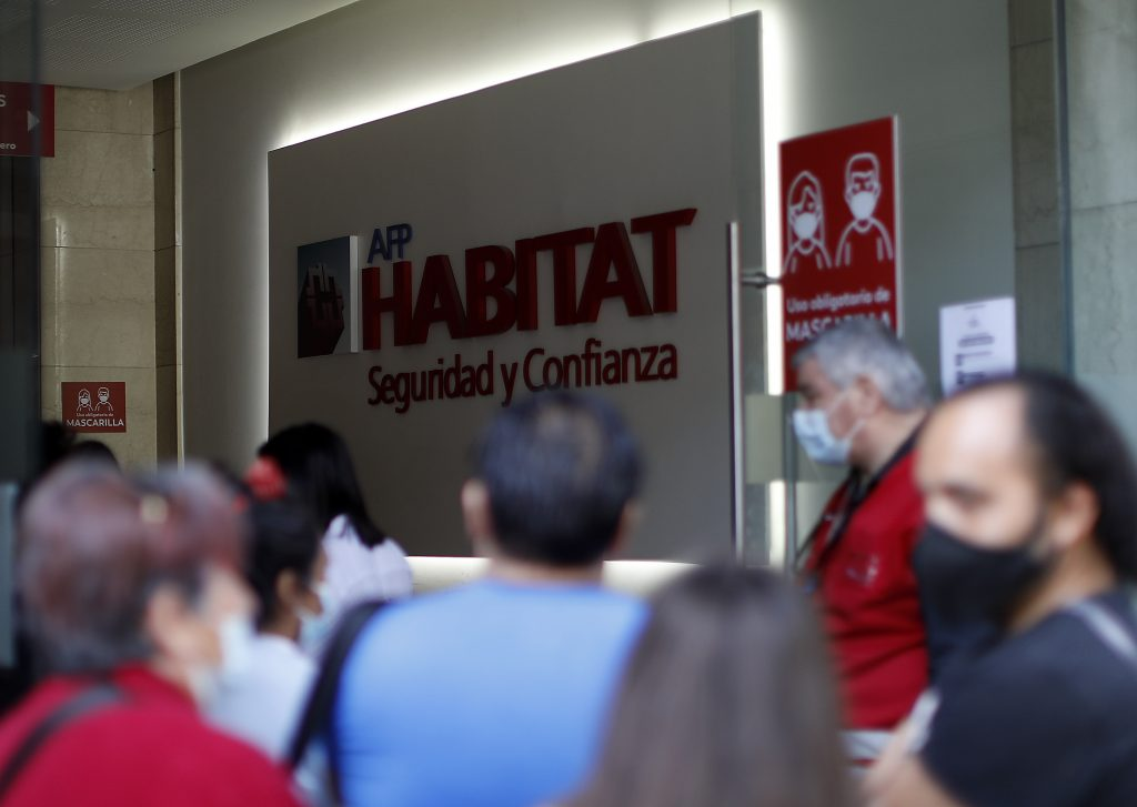 Personas Esperan Ser Atendidos En AFP Habitat