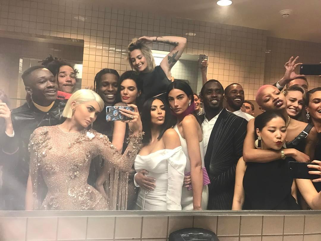 kylie jenner selfie met gala 2017 bathroom baño museo nueva york new