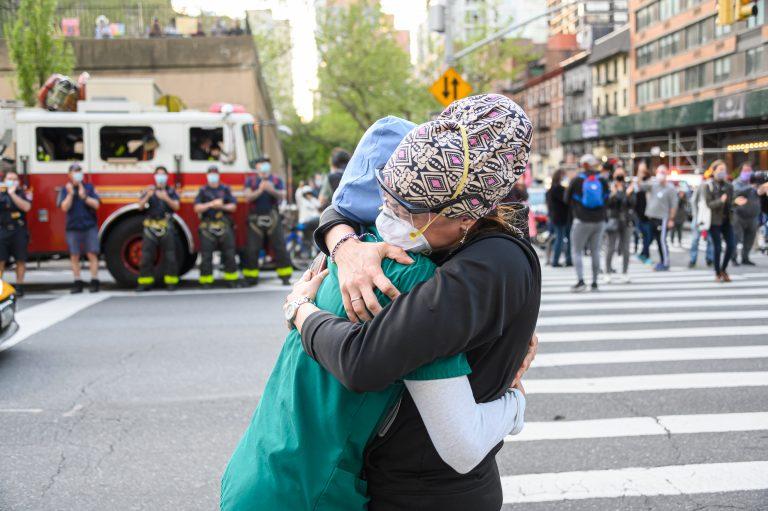 personal de la salud medicos doctores abrazos lucha crisis sanitaria fin de la pandemia cuando podria terminar finalizar acaba fecha exacta mes día año