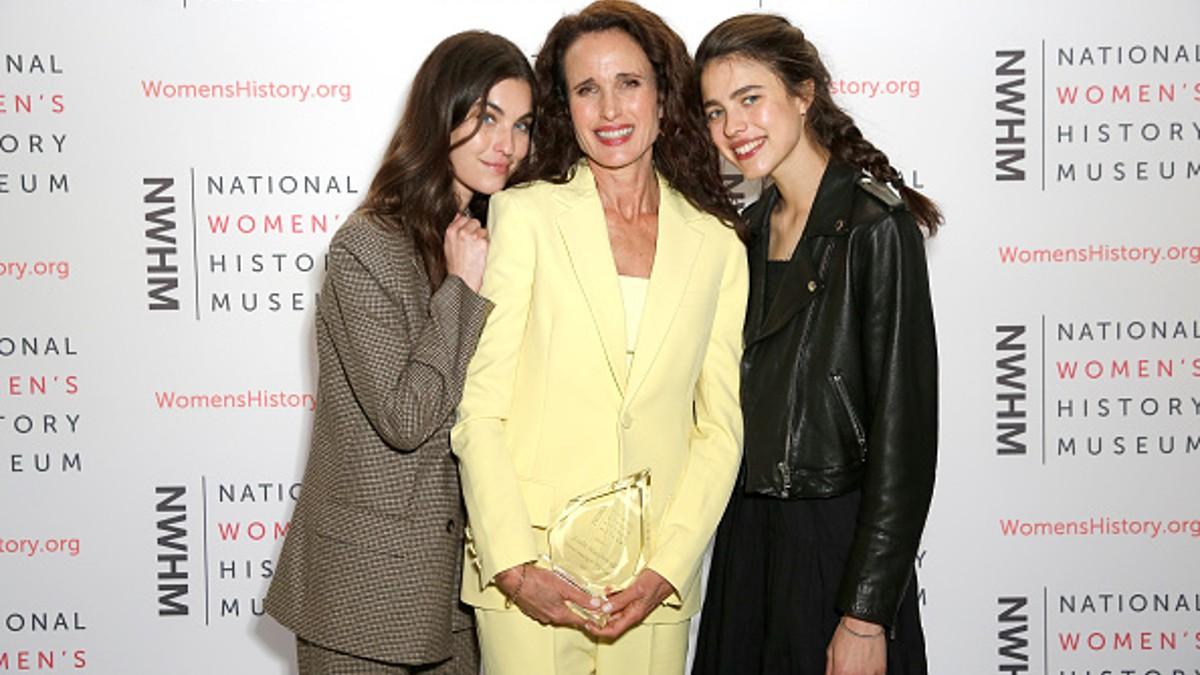 Margaret Qualley con su madre y hermana